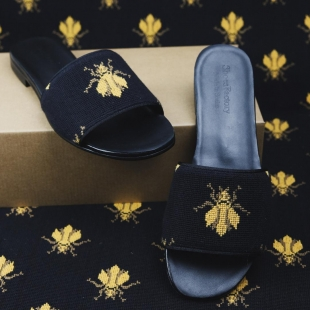 SANDAL BEE NEEDLEPOINT  BEE NEEDLEPOINT, GROSGRAIN TRIM, LEATHER LINING, LEATHER SOLE, 11MM HEEL, DUST BAG, SHOE-HORN AND BOX, MADE IN SPAIN, HANDMADE TO ORDER IN 21 DAYS  FOR MEN  📱 www.shoesfactory1985.com #sneakers #zapatos #deportivas #shoes #fashion #spain #handmade #madeinspain #usa #shopping #bespokeshoes #bespokestyle #kill #amazingshoes #style #espardenyes #riviera #drivershoes #drivingshoes #eeuu #unitedstates
