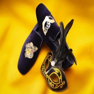 Last days to continue enjoying the Venice Carnival 🎭 We present our most avant-garde model for the occasion 😍  👉 MANHATTAN VELVET NAVY - Slipper for men   #handmadeshoes #bespoke #shoes #handmade #menswear #shoegazing #berluti #charvet #oxfordshoes #style #shoeporn #savilerow #menshoes #classicshoes #fashion #shoemaking #therake #mensfashion #menstyle #shoemaker #asoebispecial #calabarweddings #muainlagos #mensshoes #loafers #handcrafted #naijafashiondaily #madeinnaija #weddingdigestnaija #cesareattolini